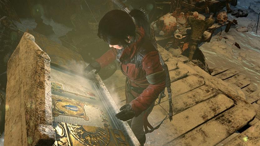 Lara leyendo un manuscrito al final de una tumba en Rise of the Tomb Raider.