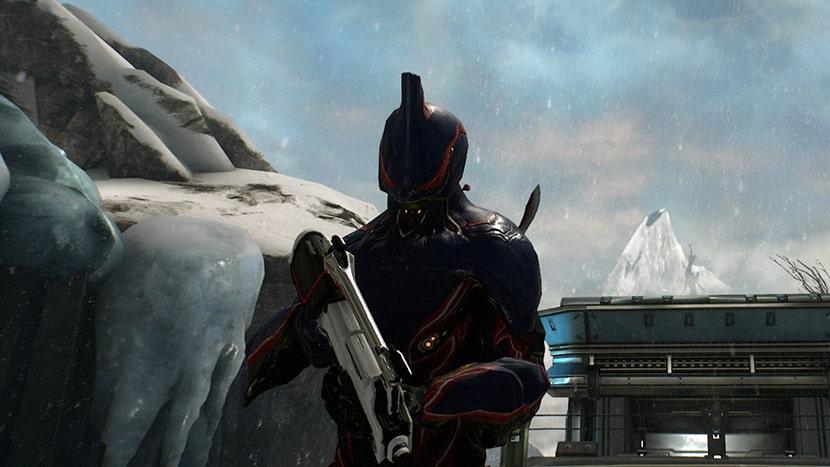 El Warframe Excalibur con un arma de fuego.