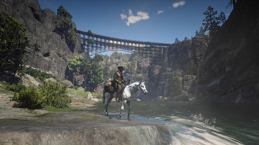 Arthur Morgan montando a caballo.