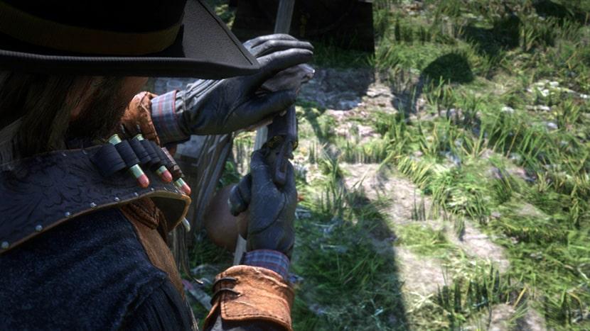 Arthur limpiando su arma en Red Dead Redemption 2.