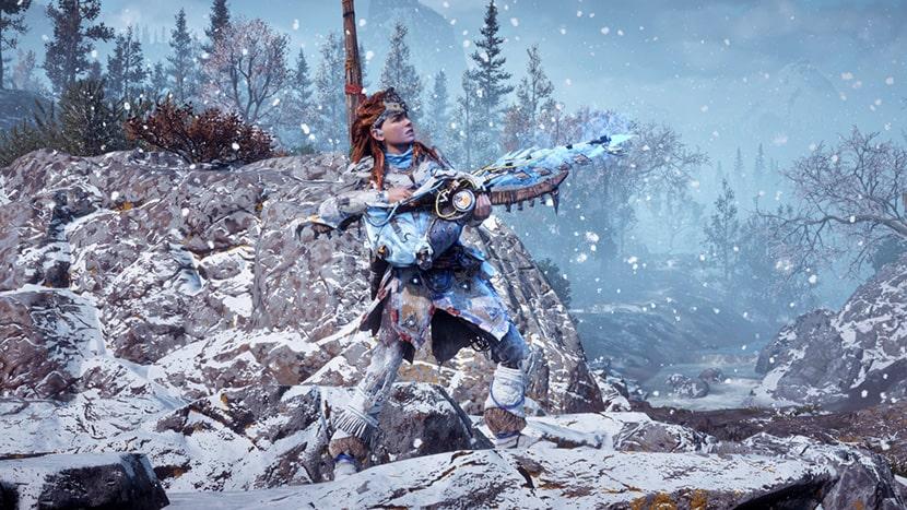 Aloy portando un arma congeladora en Horizon Zero Dawn: The Frozen Wilds.