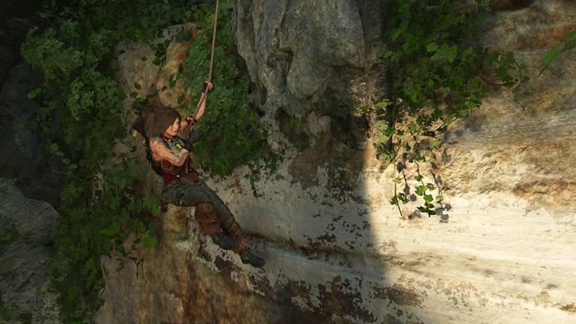 Lara Croft haciendo rapel.